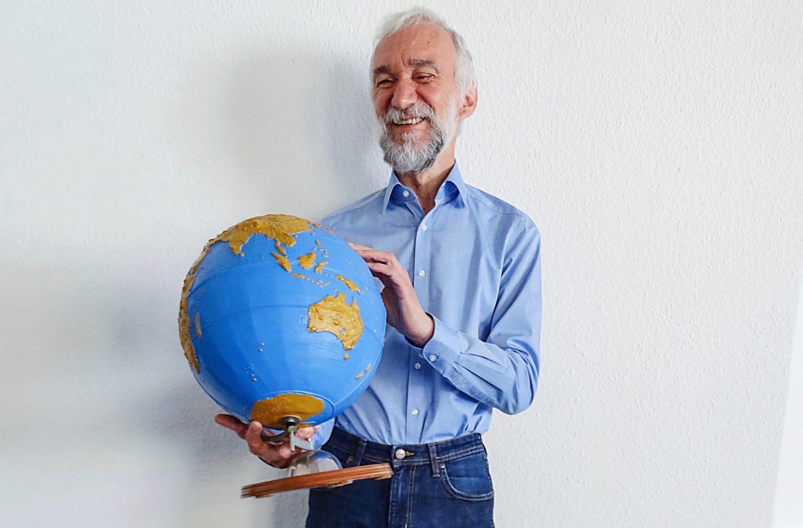 Winfried Specht mit einem Globus