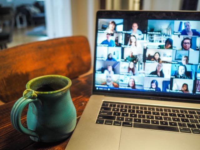 Laptop auf einem Tisch mit geöffneter Videokonferenz